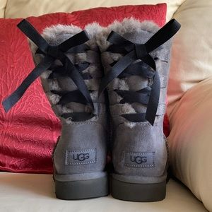 UGG size 6 continuity bow 8' gray boots